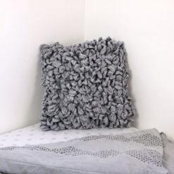 Coussin Le Bouclé gris : chutes de coton