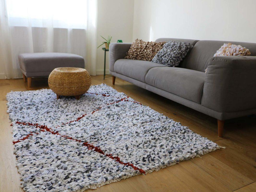 Quel tapis avec un canapé gris ? Gris et rouge