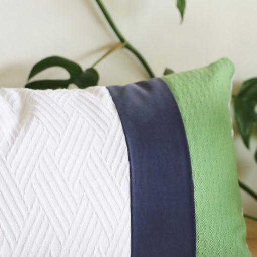 Coussin recyclé blanc bleu et vert